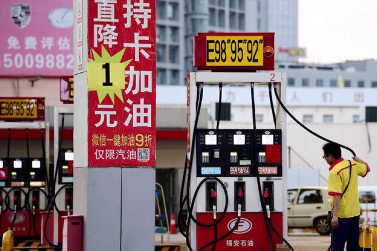 چین قیمت بنزین را از امروز پایین میآورد